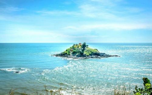 Du lịch đảo Hòn Bà: Con đường bí ẩn dưới nước dẫn tới miếu Hòn Bà
