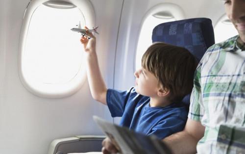 Kinh nghiệm đi máy bay đường dài với trẻ nhỏ