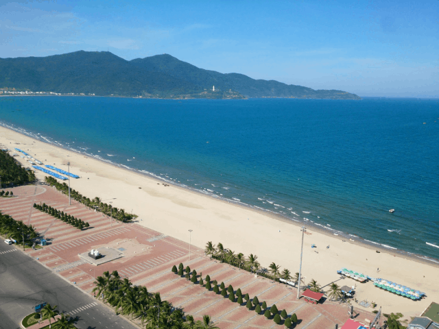 Một phần công viên Biển Đông và bãi biển Mỹ Khê