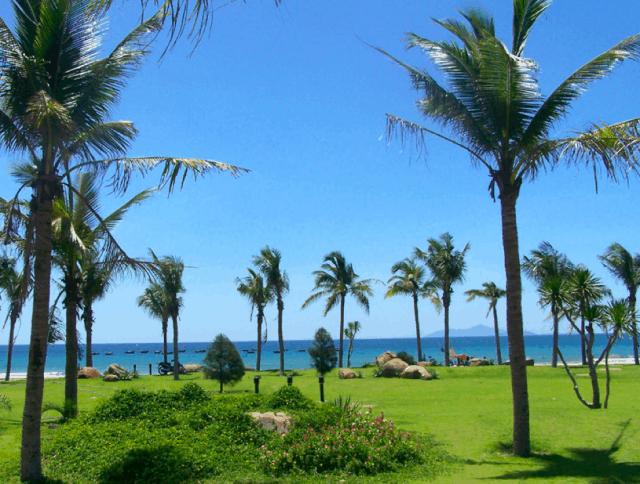 Từ công viên Biển Đông nhìn thẳng ra bãi biển