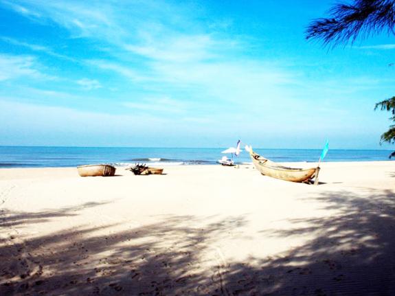 Khung cảnh bãi biển Hồ Tràm nắng lên