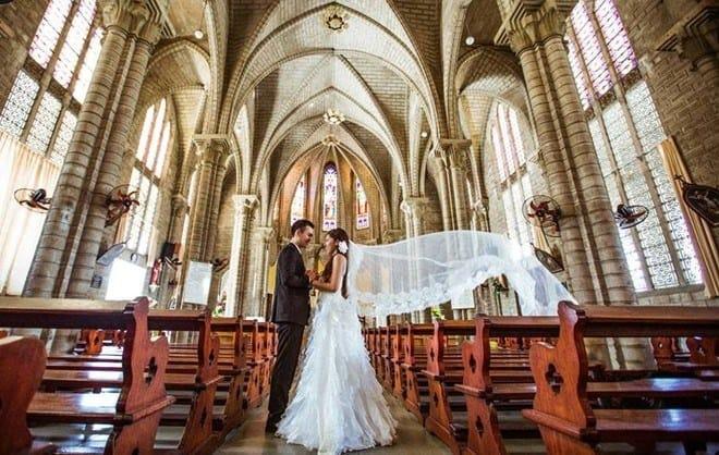 Chụp ảnh cưới tại chánh điện nhà thờ đá tại Nha Trang