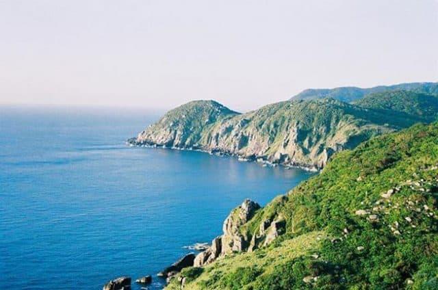 Khung cảnh rừng núi ôm trọn biển nước tại vịnh Vân Phong (Ảnh: ST)