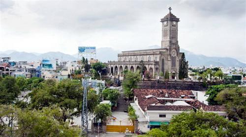Vẻ đẹp nhà thờ đá Nha Trang nhìn từ xa