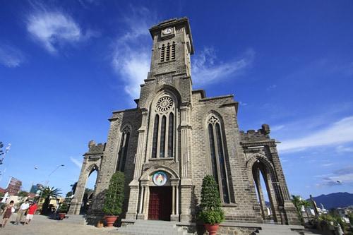 Nhà thờ đá Nha Trang uy nghi giữa bầu trời xanh
