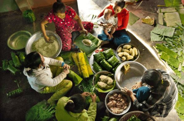 Khung cảnh gói bánh tét đón tết tại đảo ngọc Phú Quốc