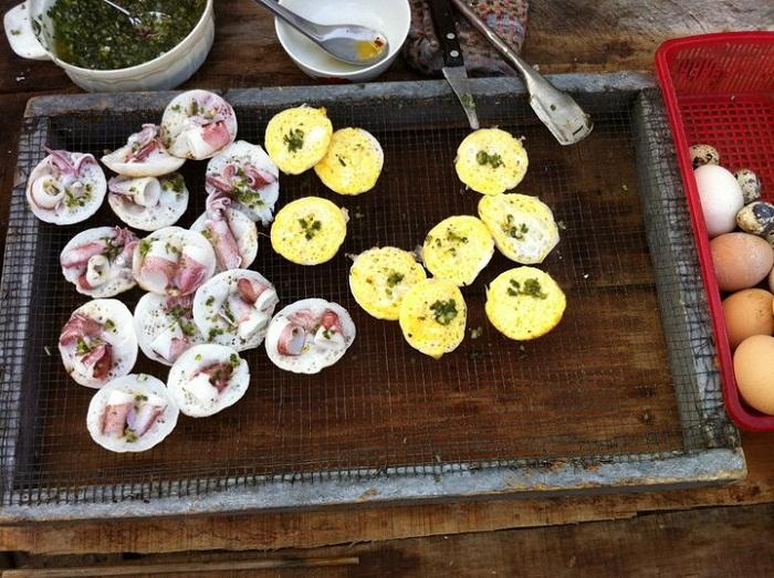 Bánh căn mực, bánh căn trứng nổi tiếng đảo Bình Hưng (Ảnh: ST)