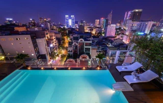 Bể bơi trên tầng thượng của Khách sạn Grand Silverland & Spa (ảnh ST)