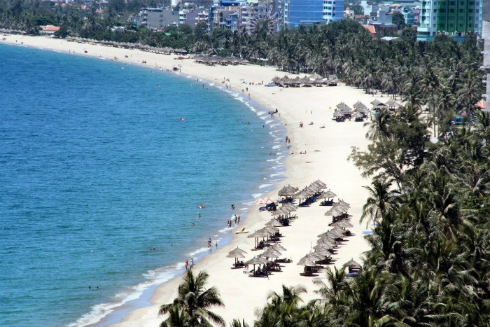 Những bãi biển xanh gợn sóng cùng bờ cát trắng mịn màng tại vịnh biển Nha Trang (ảnh: Lê Quốc Tùng)