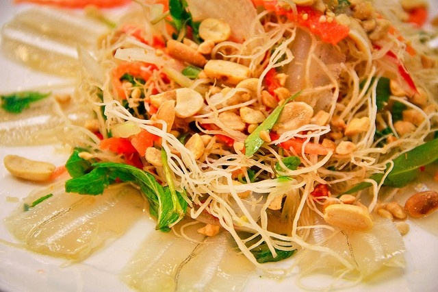 Gỏi cá mai, sự kết hợp hoàn hảo của một món ăn gia truyền (Ảnh: ST)