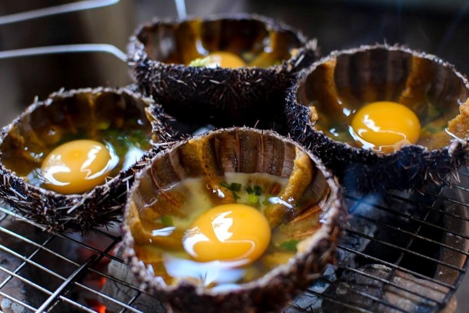 Thưởng thức nhum nướng tại một số quán hải sản nổi tiếng tại Nha Trang (Ảnh: ST)