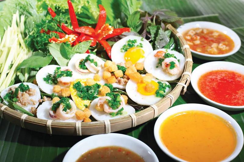 Giữa muôn vàn loài sơn hào hải vị tại Nha Trang bánh căn được xem là món ăn mộc mạc mà bạn không thể bỏ qua(Ảnh: ST)