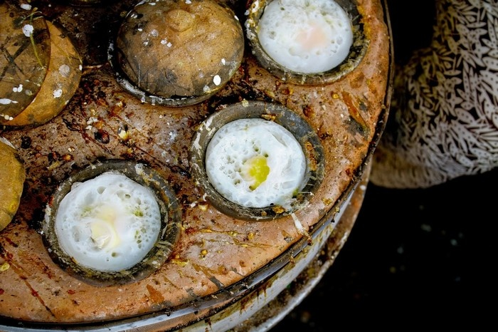 Bánh căn món ăn phổ biển mà bạn không thể bỏ qua khi du lịch Nha Trang (ảnh: Haianh Tran)