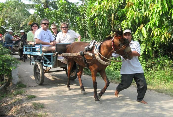 Đi xe ngựa khám phá các làng nghề (Ảnh: ST)