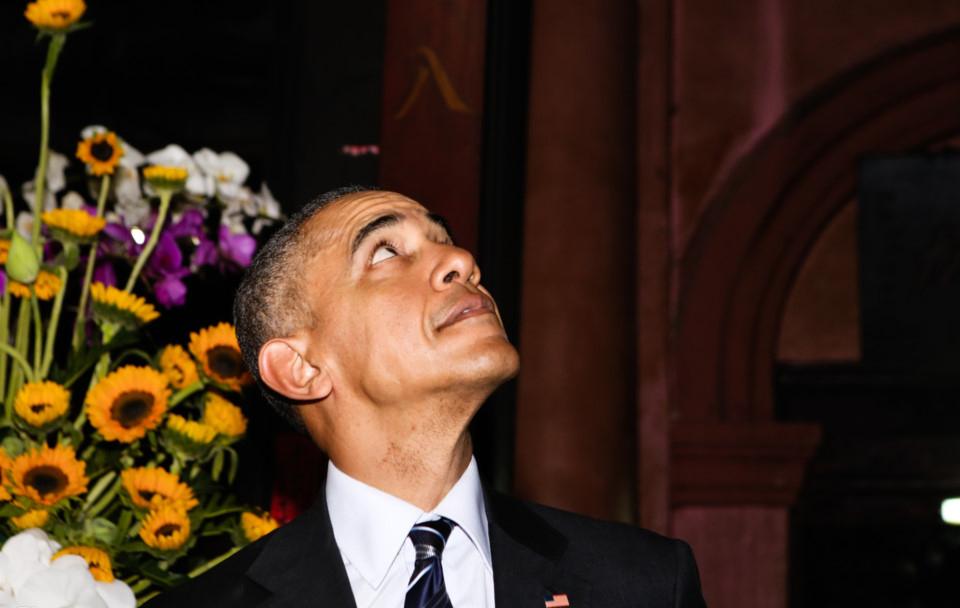 Tổng thống Obama quan sát kiến trúc ngôi chùa