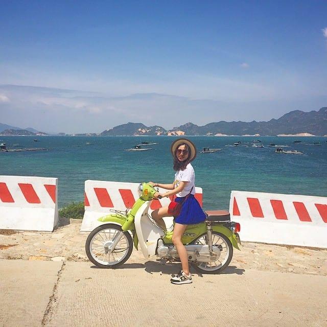 Thuê xe máy đi khám phá những vẻ đẹp ẩn dấu ở Bình Ba (Ảnh: ST)
