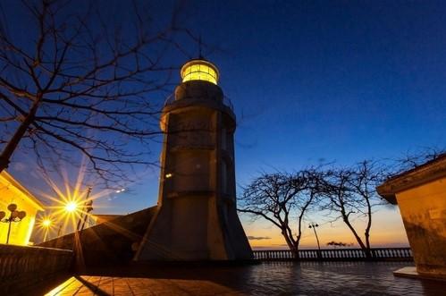 Ngọn hải đăng trong đêm (Nguồn sưu tầm)