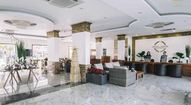 Khách sạn Amon Hotel cung cấp dịch vụ phòng nghỉ với nội thất sang trọng