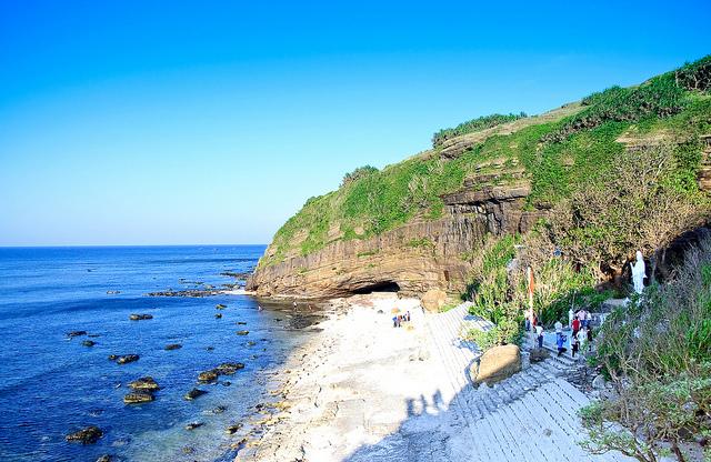 Từ chùa Hang nhìn ra biển (Nguồn sưu tầm)