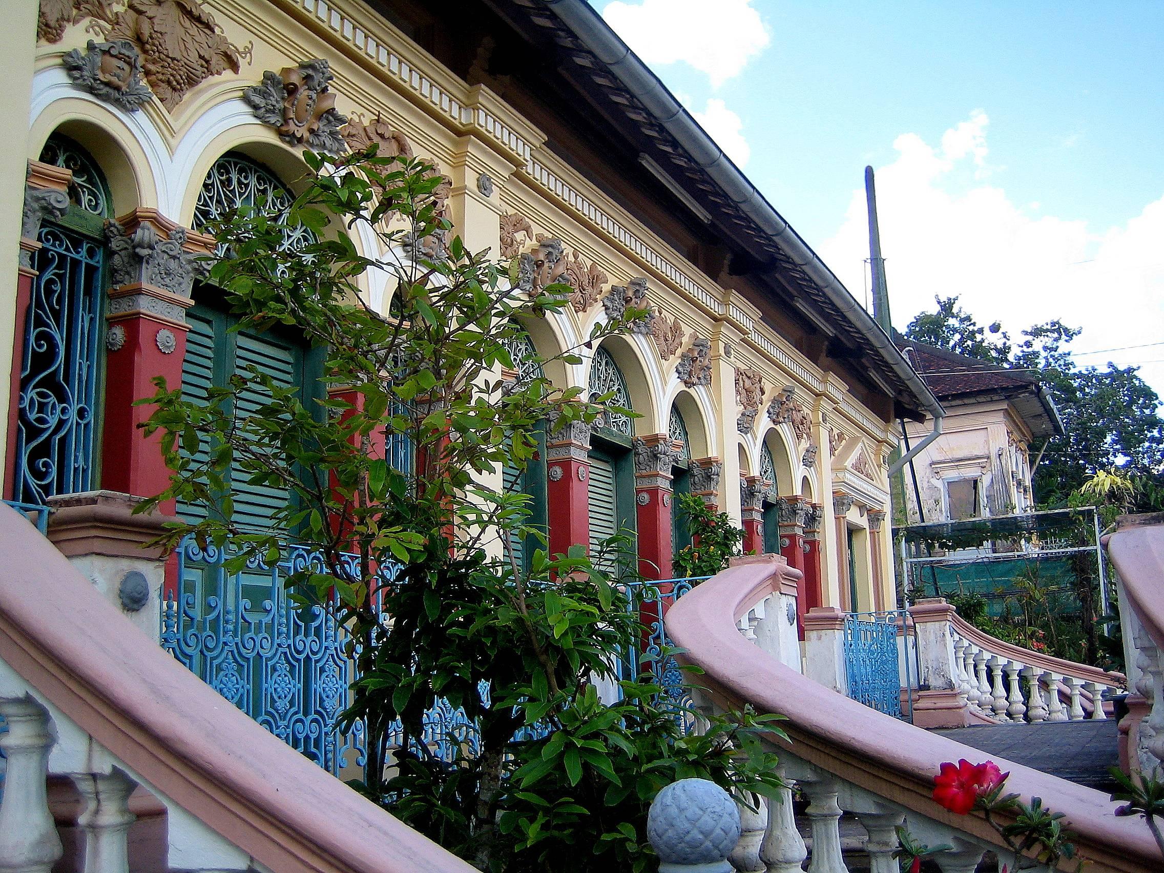 Kiến trúc độc đáo bên ngoài nhà cổ (nguồn sưu tầm)