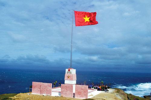 Cột cờ Tổ Quốc trên đỉnh Thới Lới (Nguồn sưu tầm)