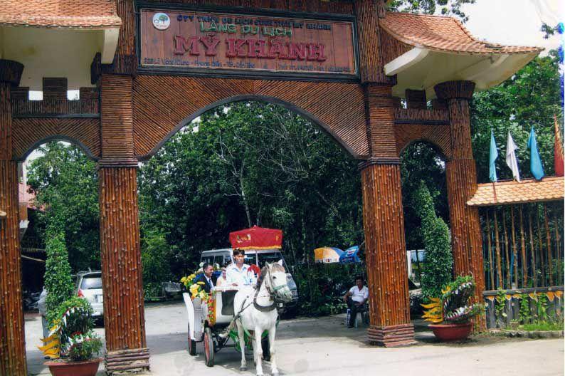 Cổng vào làng du lịch (nguồn sưu tầm)