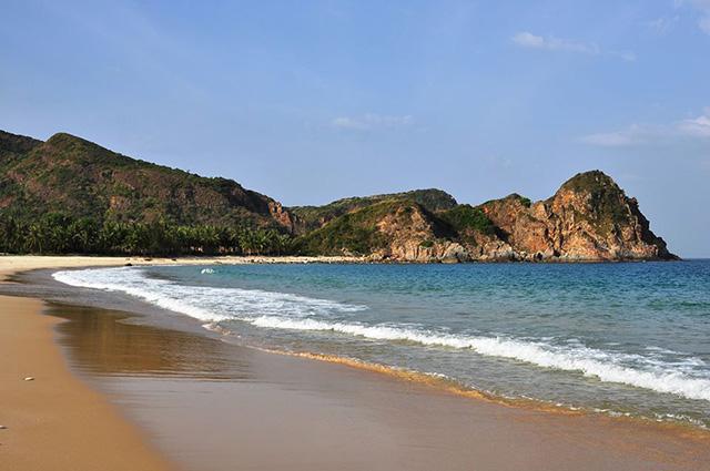 Nếu Bãi Ôm chinh phục những du khách ưa mạo hiểm bởi những con sóng lớn vỗ bờ trắng xóa (Ảnh: sưu tầm)