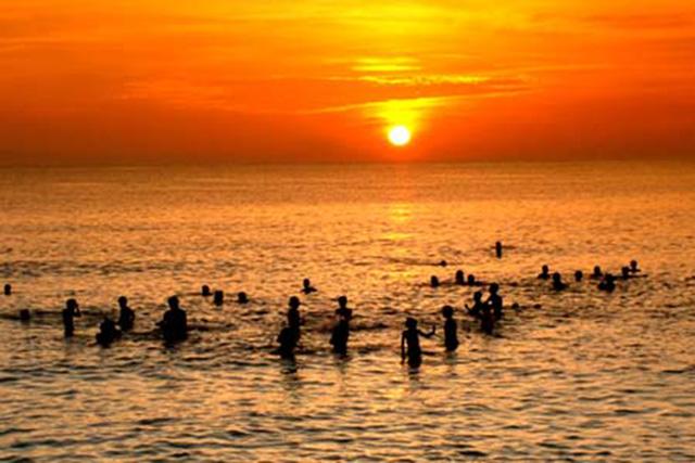 Người dân trong thành phố thường tập trung ra biển vào các buổi chiều để trút bỏ gánh nặng cuộc sống (Ảnh: sưu tầm)