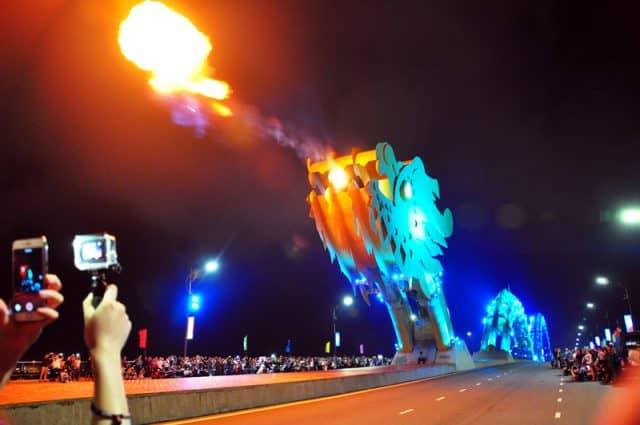 Vẻ đẹp cầu Rồng lúc phun lửa lúc đứng trên cầu