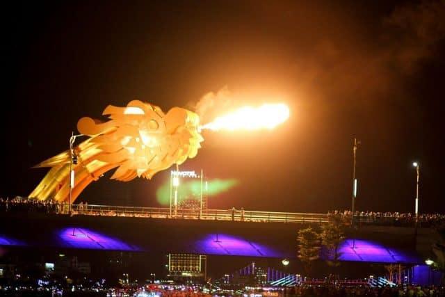 Ngắm cầu Rồng phun lửa ở đường Trần Hưng Đạo