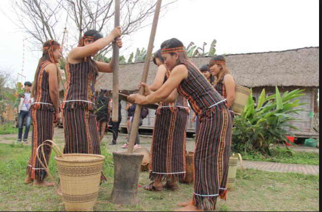 tham quan địa điểm làng dân tộc Mạ X'tieng ở Tà Lài