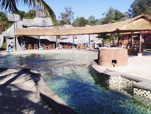 Tắm bồn ở suối nước nóng Bình Châu