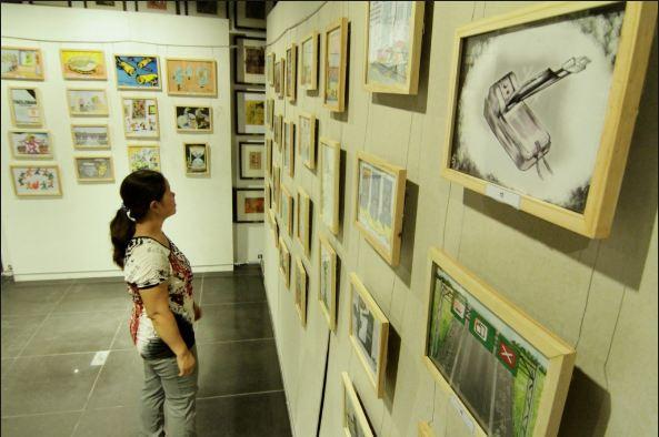 Địa điểm triển lãm đã treo kín tường các bức tranh vẽ biếm họa, tranh trừu tượng