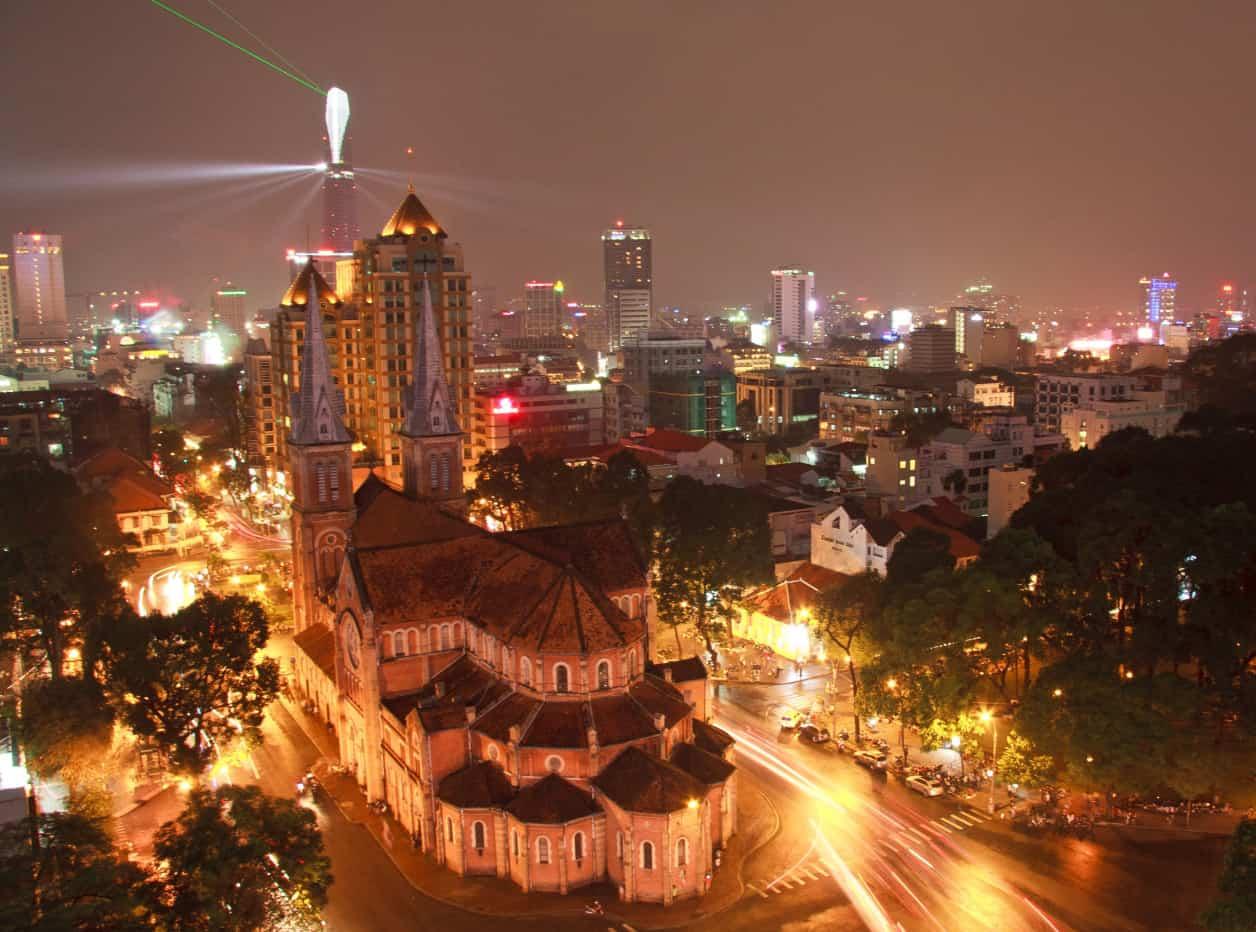 Nhà thờ Đức Bà một trong những địa điểm vui chơi ở Sài Gòn về đêm
