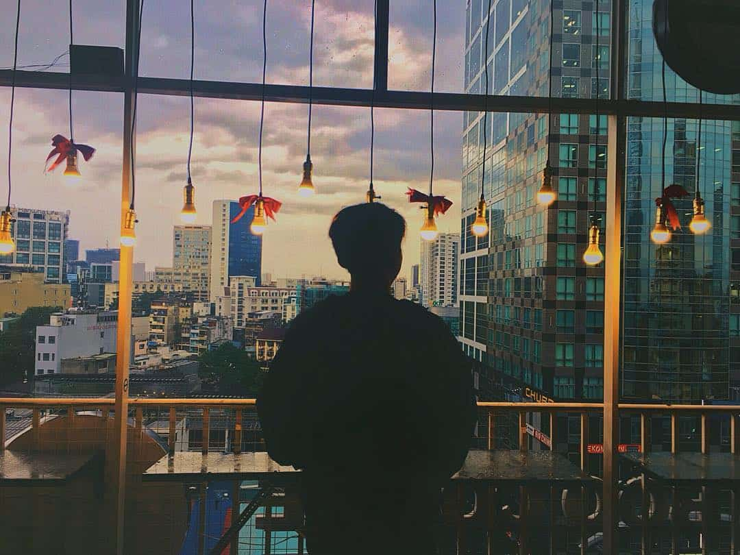 Chụp ảnh ở một quán cafe khi thành phố lên đèn