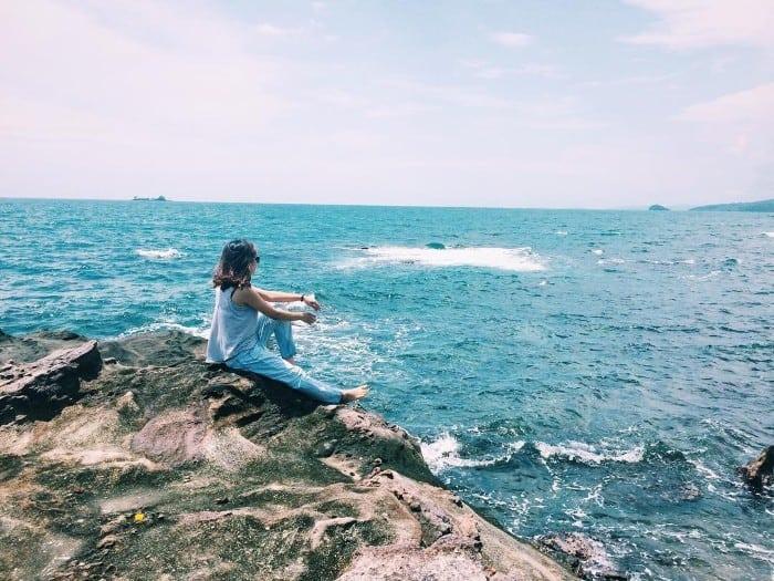 Ngồi trên những mỏm đá và ngắm nhìn xa xa tại địa điểm du lịch này (Ảnh: ST)