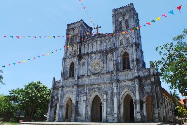 Tổng thể kiến trúc nhà thờ cổ kính (Ảnh: ST)