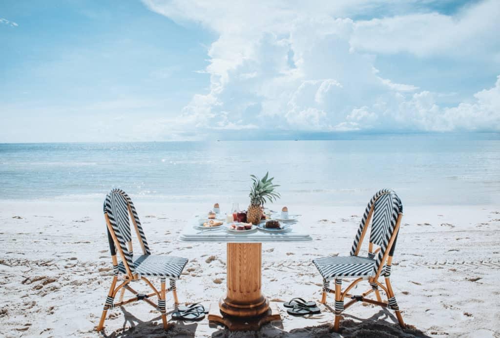Dùng bữa lãng mạn bên bờ biển (Ảnh: ST)
