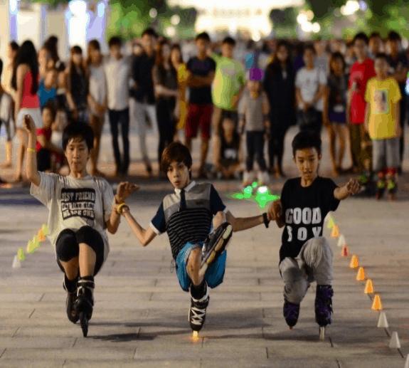 Rất nhiều bạn trẻ trượt patin trên phố đi bộ