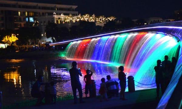 Cầu Ánh Sao phun nước nhiều màu sắc