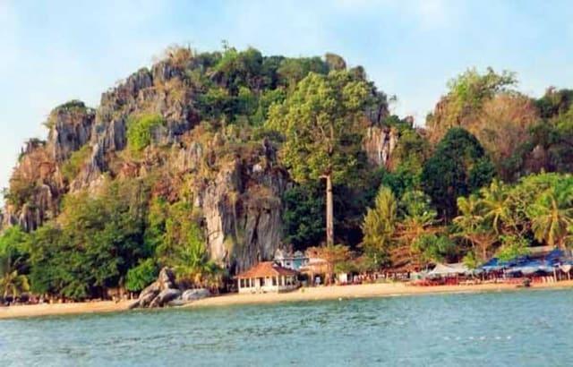 Khung cảnh khu du lịch Hà Tiên chùa Hang nhìn từ xa (Ảnh sưu tầm)