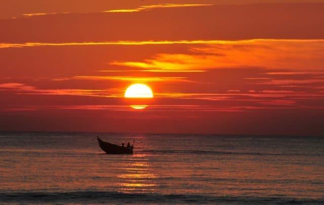 Image result for bãi biển mỹ khê hoàng hôn đỏ