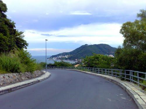 Cung đường lên hải đăng nay đã được trải nhựa, vô cùng thuận tiện cho du khách đến tham quan (Ảnh sưu tầm)