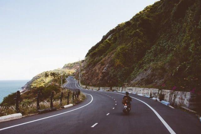 '..Con đường uốn lượn trải dài theo triền núi dẫn đến chân ngọn núi Đèn' (Ảnh sưu tầm)