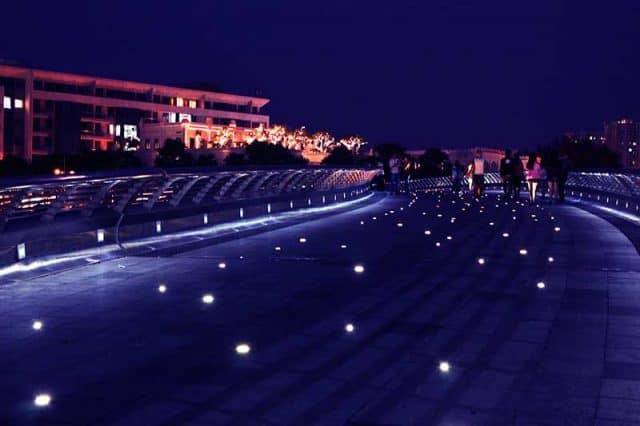 Con đường đi bên Hồ Bán Nguyệt sáng lấp lánh