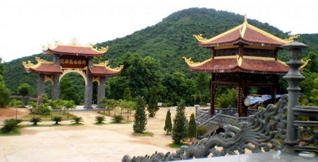 Gác chuông và cổng tam quan - Thiền viện Trúc Lâm Bạch Mã