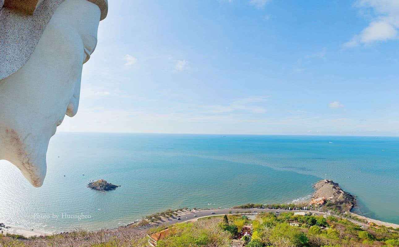 Tượng chúa Kitô Vua từ núi Tao Phùng nhìn xuống Mũi Nghinh Phong - Ảnh: Hương Béo