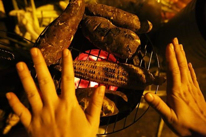 Hơ tay lấy hơi ấm mùa đông bên lò nướng ngô khoai
