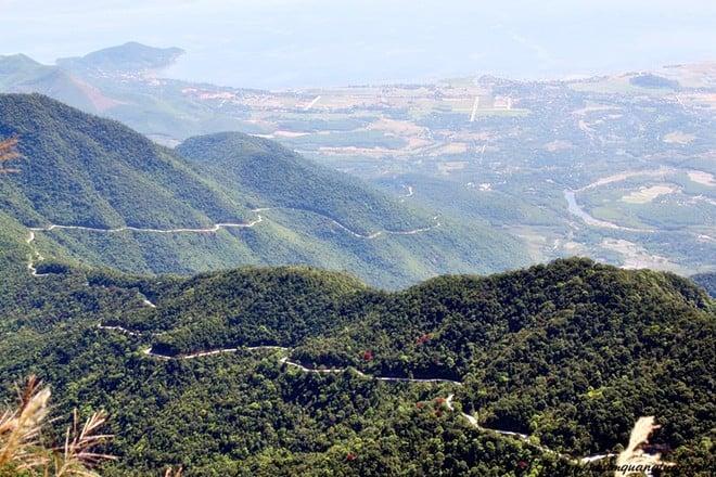 Phóng tầm mắt ngắm nhìn dãy núi Bạch Mã hùng vĩ - ngay cạnh Thiền viện Trúc Lâm Bách Mã