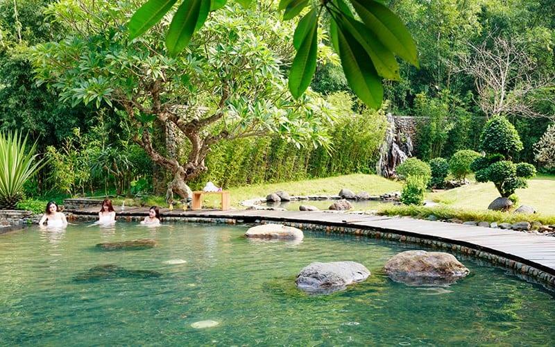 Tắm khoáng nóng tại Serena Resort Kim Bôi